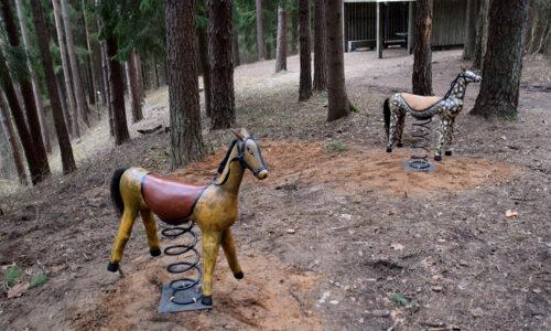 Mediniai Šilėnų arkliukai. Tarpukariu Šilėnų apylinkių meistrai garsėjo kaip medinių arkliukų-žaisliukų gamintojai, kuriuos pardavinėjo Kaziuko mugėse.