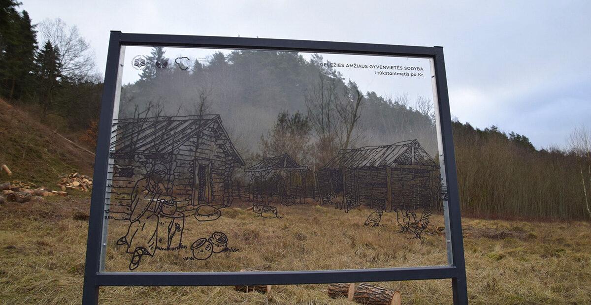 Permatomas stendas su senovės gyvenvietės vaizdu, taip kaip mes gyvenome prieš 2000 metų
